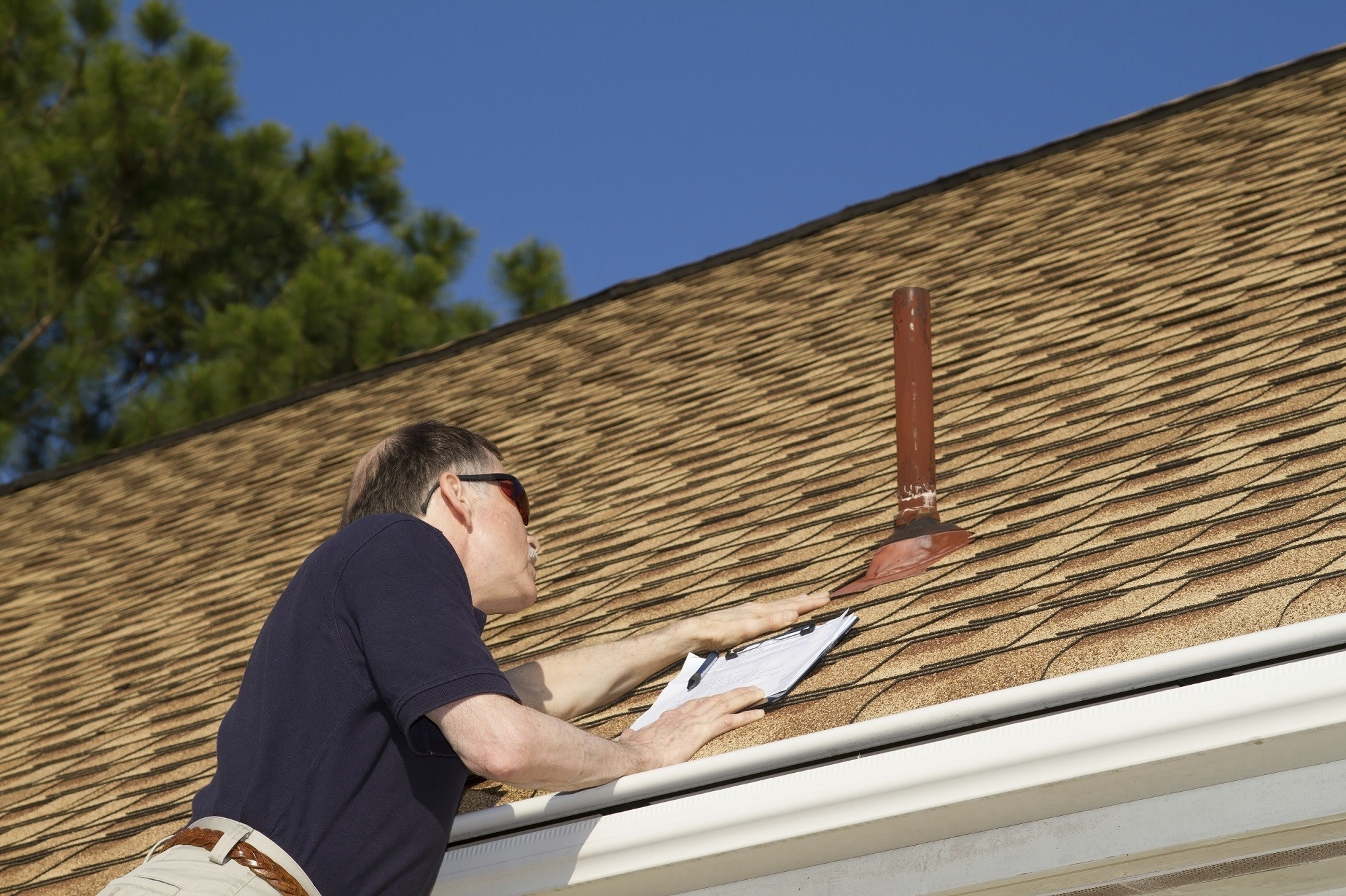 iStock_000037982644_Double_RoofInspection_small